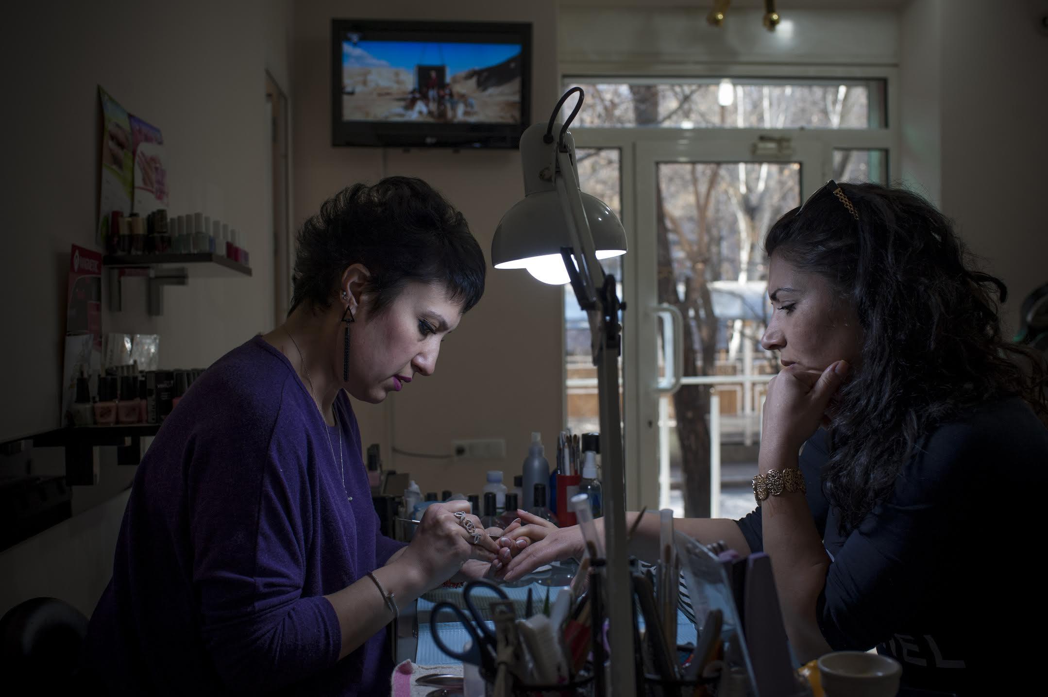 Тагуи работала дизайнером по ногтям и в браке, и после развода. Она вносит большой вклад в свою финансовую независимость. (Nazik Armenakyan)