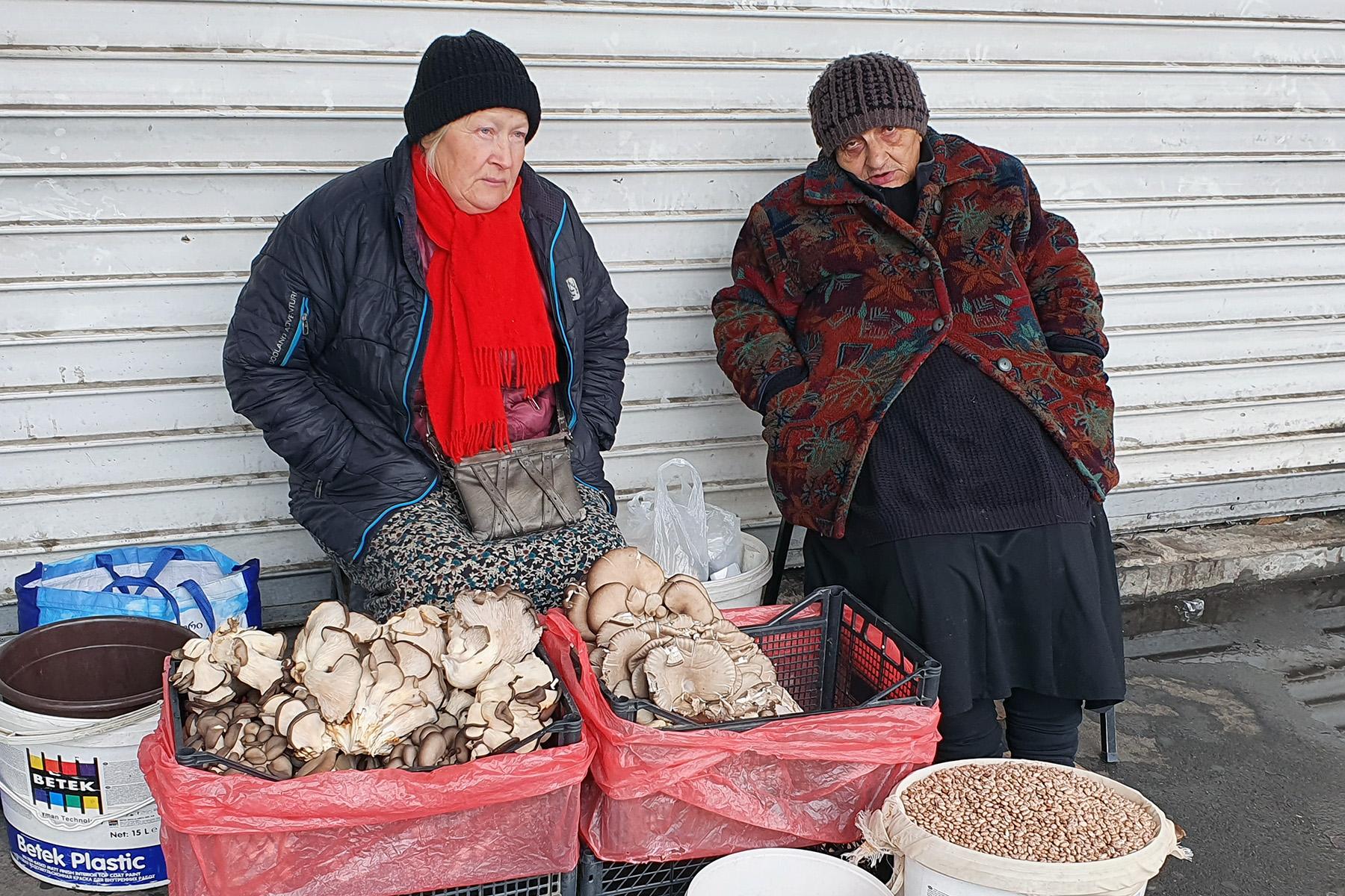 Women selling mushrooms. Photo:Dominik K Cagara/OCMedia.