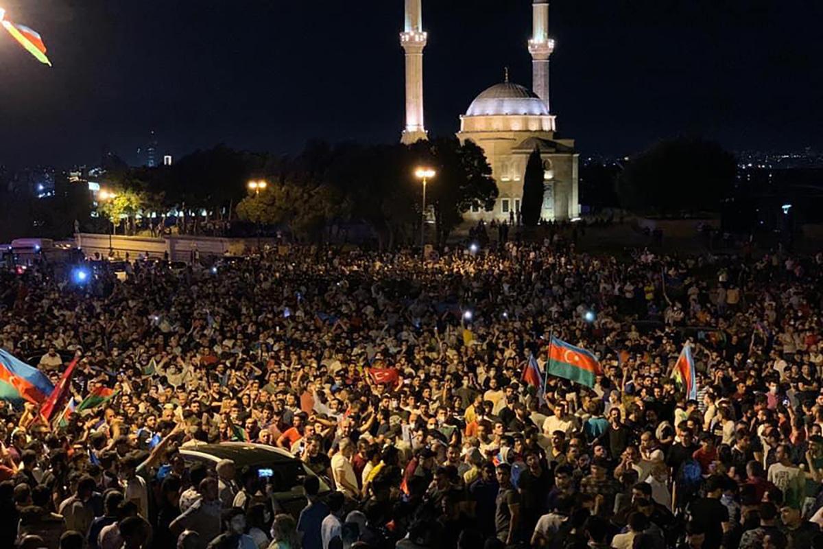 Protestas en Bakú en favor de la guerra con Armenia en la noche del 14 de julio / Fuente: Report.az