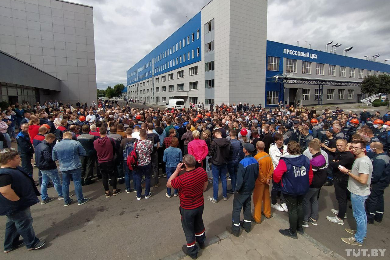 Protest at belAz a heavy equipment manufacturer and one of the coutry's largest enterprises, walked out in protest on 12August. Photo: Tut.by.