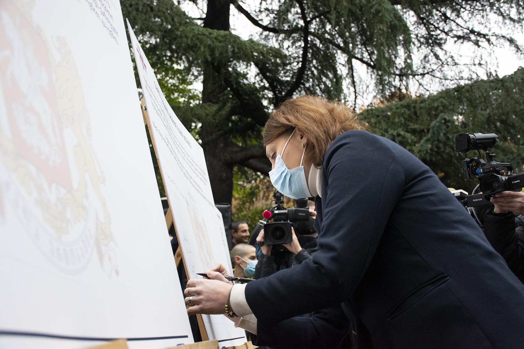 Elene Khoshtaria from the European Georgia signs the memorandum. Photo: Mariam Nikuradze/OC Media.