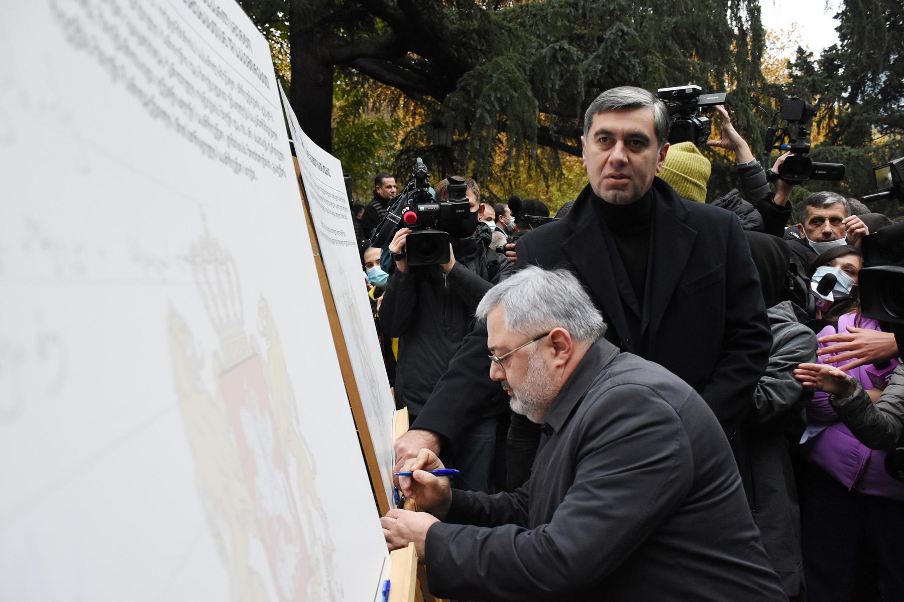 Davit Usupashvili and Irakli Okruashvili sign the memorandum. Photo: Mariam Nikuradze/OC Media.