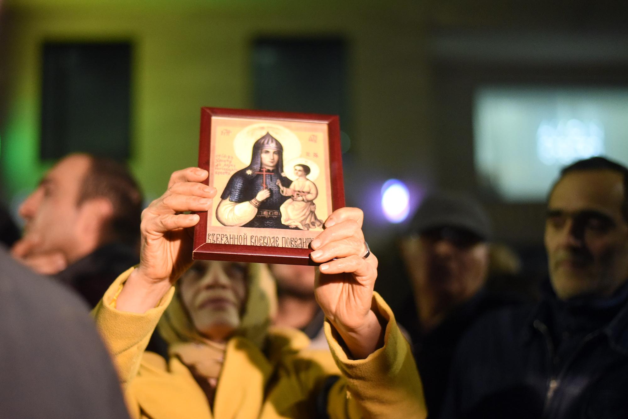 Участница протеста держит икону. Фото: Мари Никурадзе/OC Media