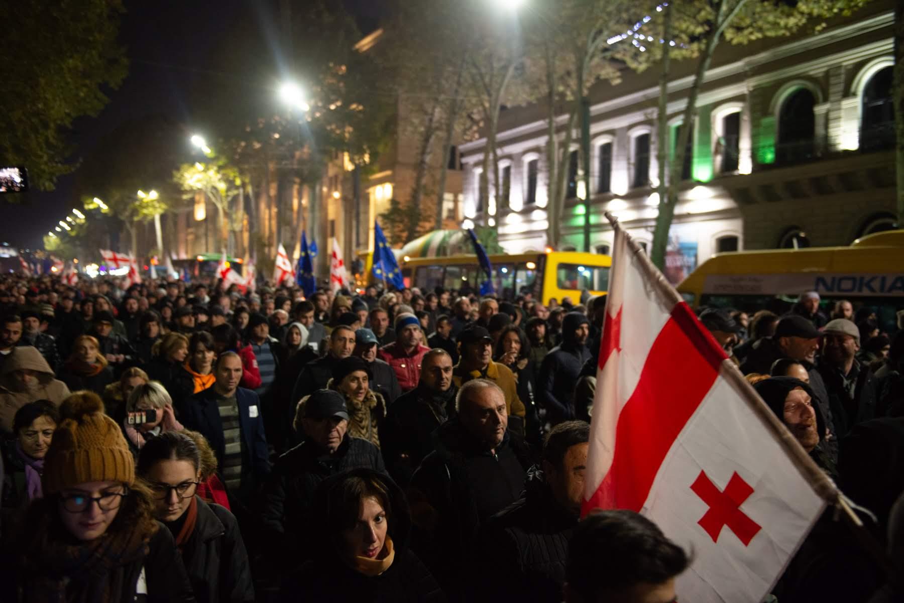 Протестное шествие по центральному проспекту Руставели в Тбилиси. Фото: Тамуна Чкареули / OC Media