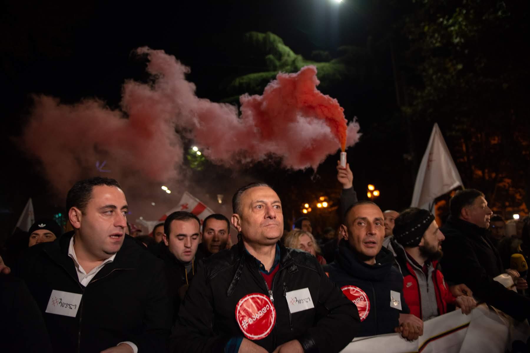 Лидер Лейбористской партии Шалва Нателашвили ведет демонстрантов по проспекту Руставели. Фото: Тамуна Чкареули / OC Media