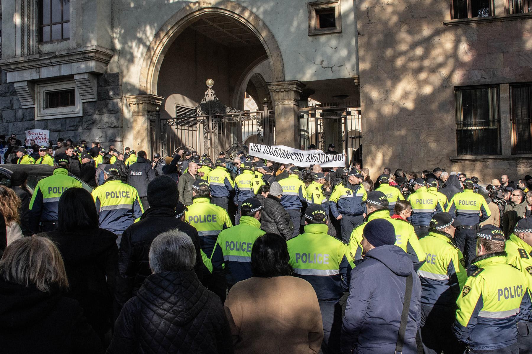 Протестующие создали «коридор позора» для депутатов, входящих в здание парламента. Фото: Шота Хинча/OC Media.