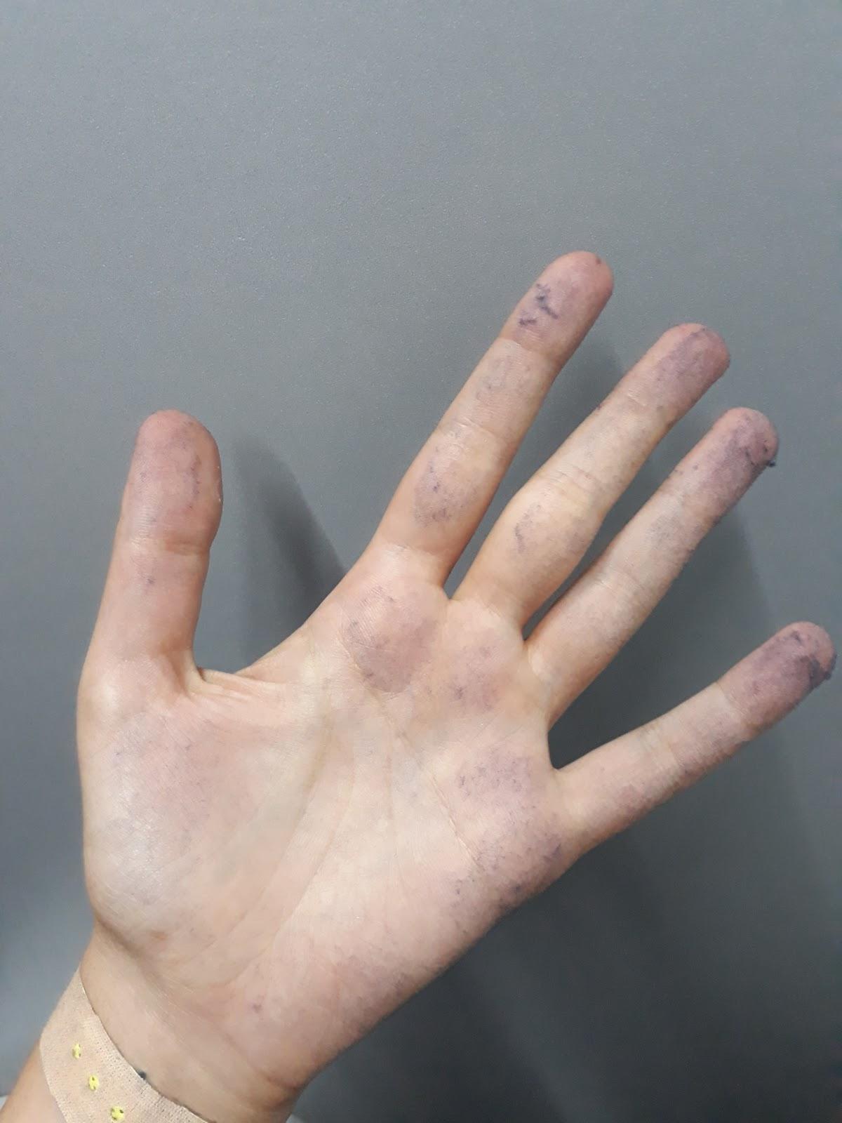 При работе с джинсами остаётся слой синей пыли на всех поверхностях, а также на руках рабочих. Фото: Тамуна Чкареули