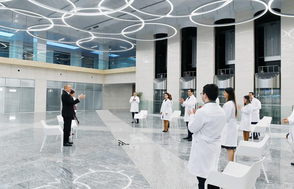 Президент Азербайджана Ильхам Алиев и вице-президент Мехрибан Алиева на открытии новой клиники. Фото: Azertag