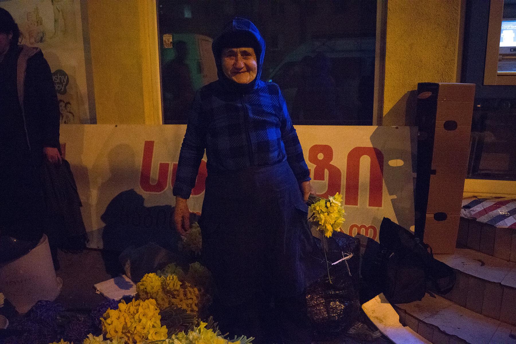 Лаура приезжает из Зугдиди каждый год, чтобы продавать цветы в Международный женский день. Фото: Гиорги Родионов/OC Media.
