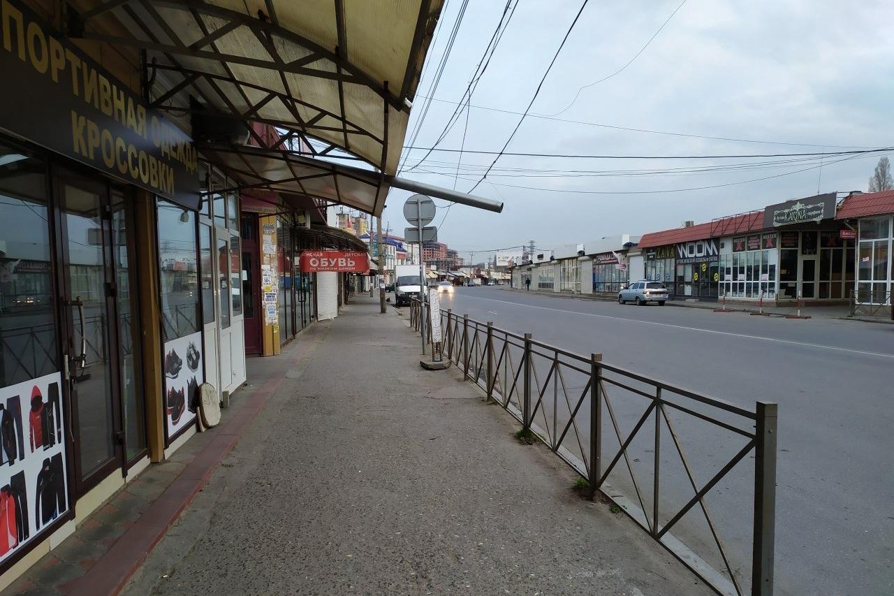 Закрытые магазины на улице Ирчи Казака в Махачкале. Фото: телеграм-канал «Совесть Дагестана».