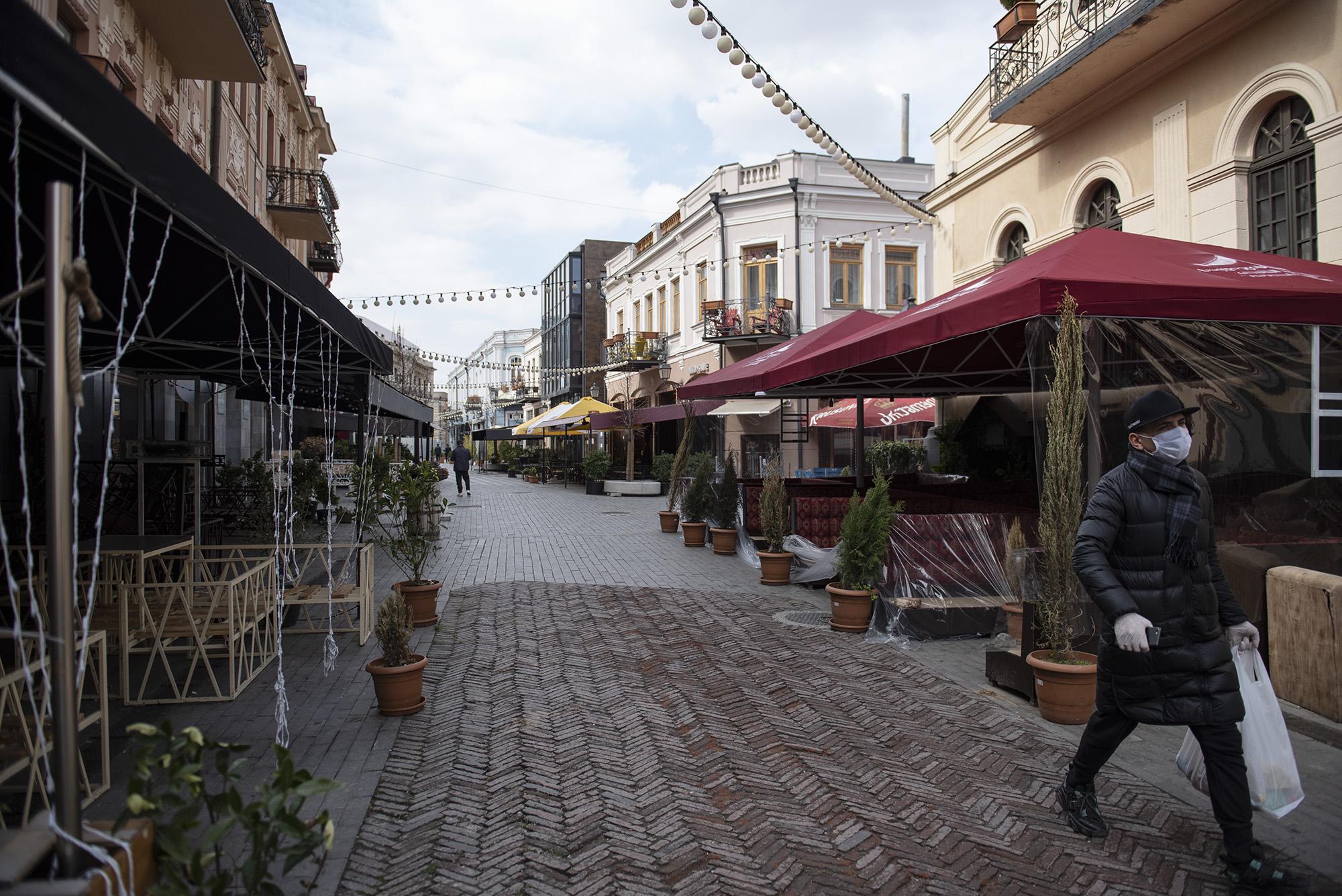 Рестораны и магазины на обновлённом проспекте Агмашенебели также закрыты. Фото: Мариам Никурадзе/OC Media.