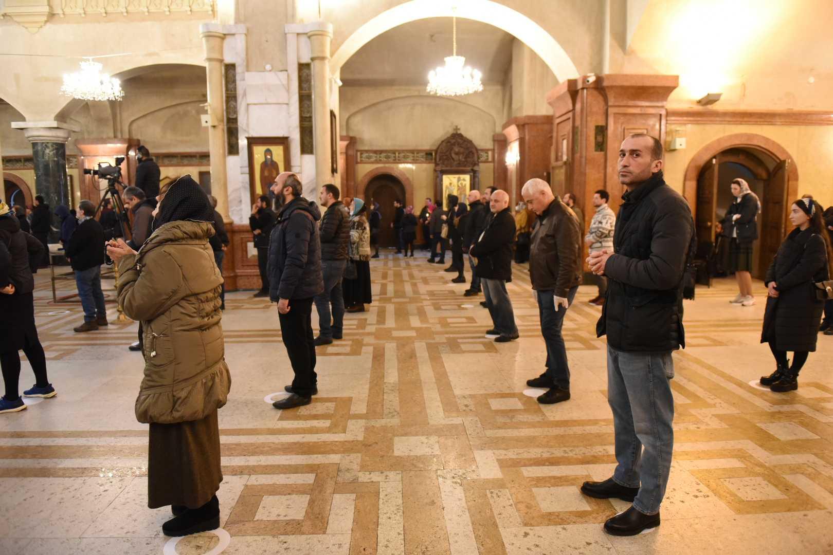 Социальное дистанцирование во время причастия 29 марта в Троицком соборе в Тбилиси. Фото: Мариам Никурадзе / OC Media.