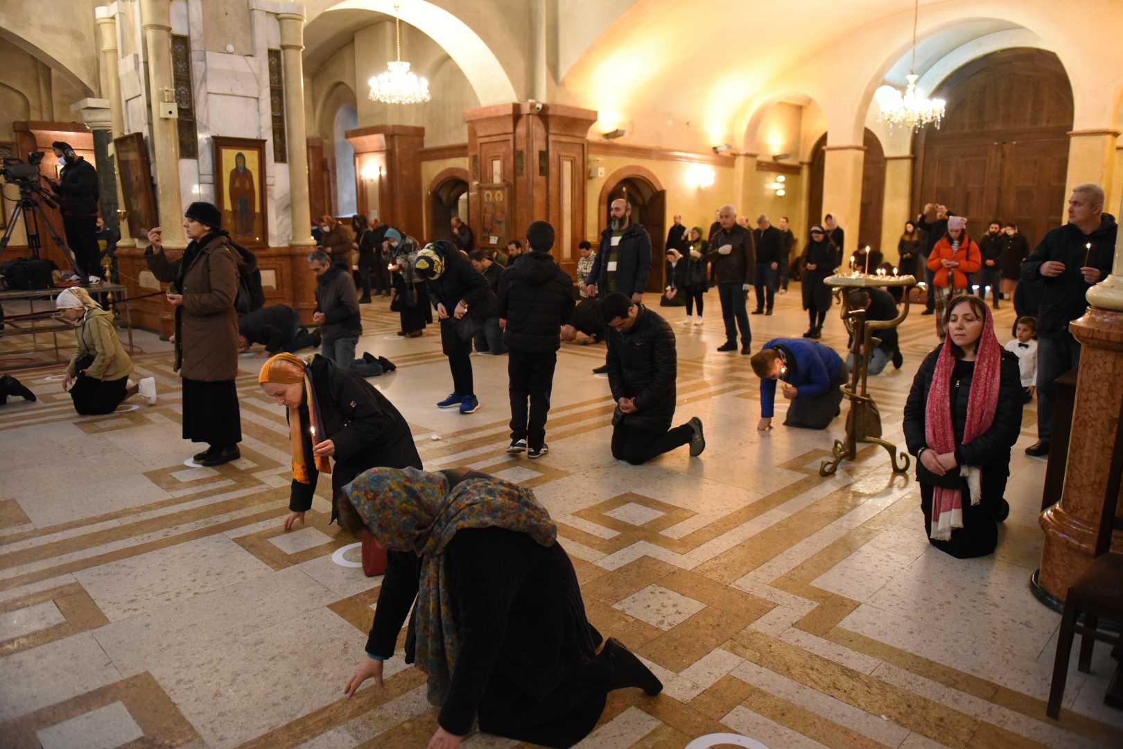 Меры по «социальному дистанцированию» во время причастия 29 марта в Троицком соборе в Тбилиси. Фото: Мариам Никурадзе / OC Media.