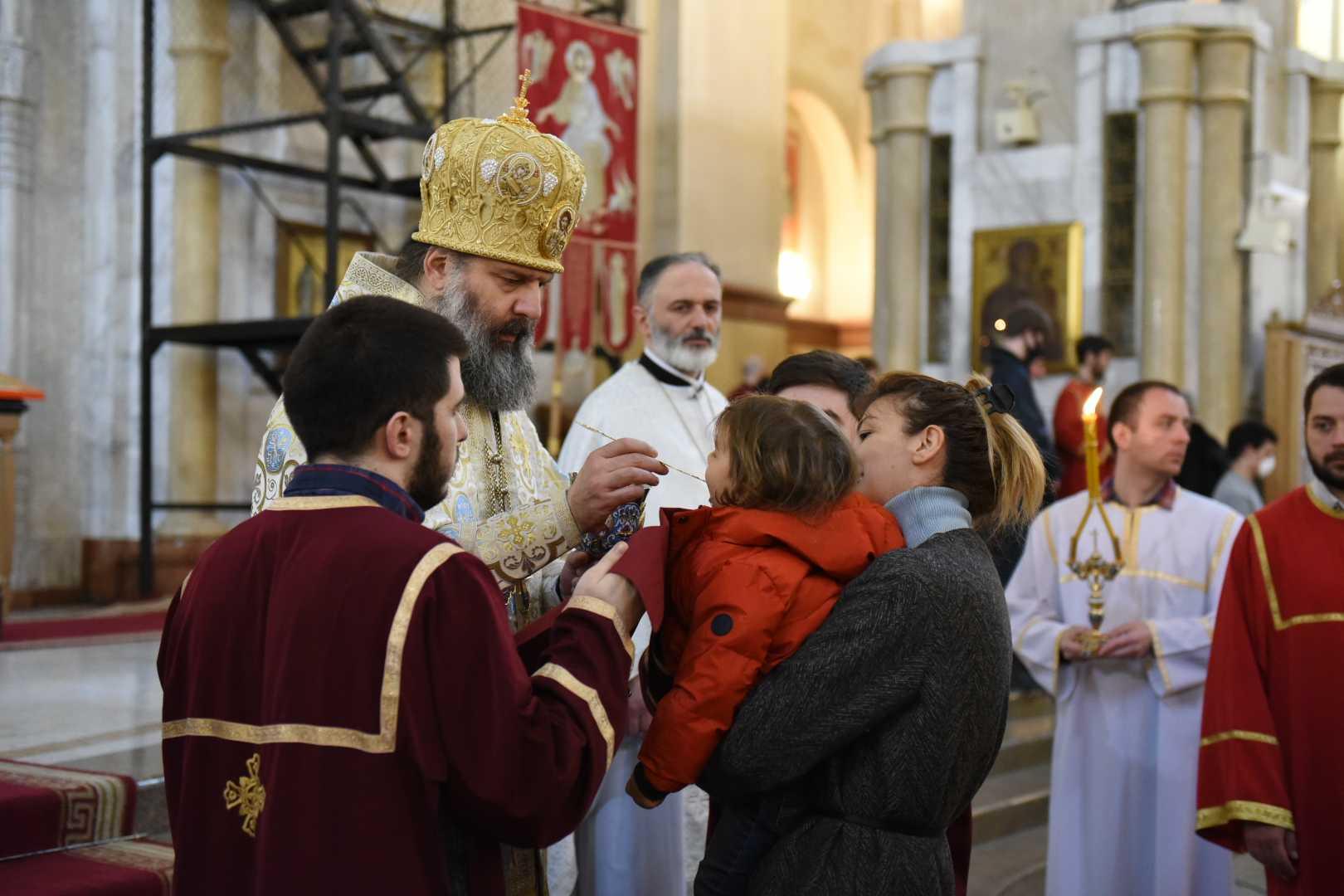 Священник причащает маленькую девочку в Троицком соборе Самеба 29 марта. Фото: Мариам Никурадзе / OC Media.