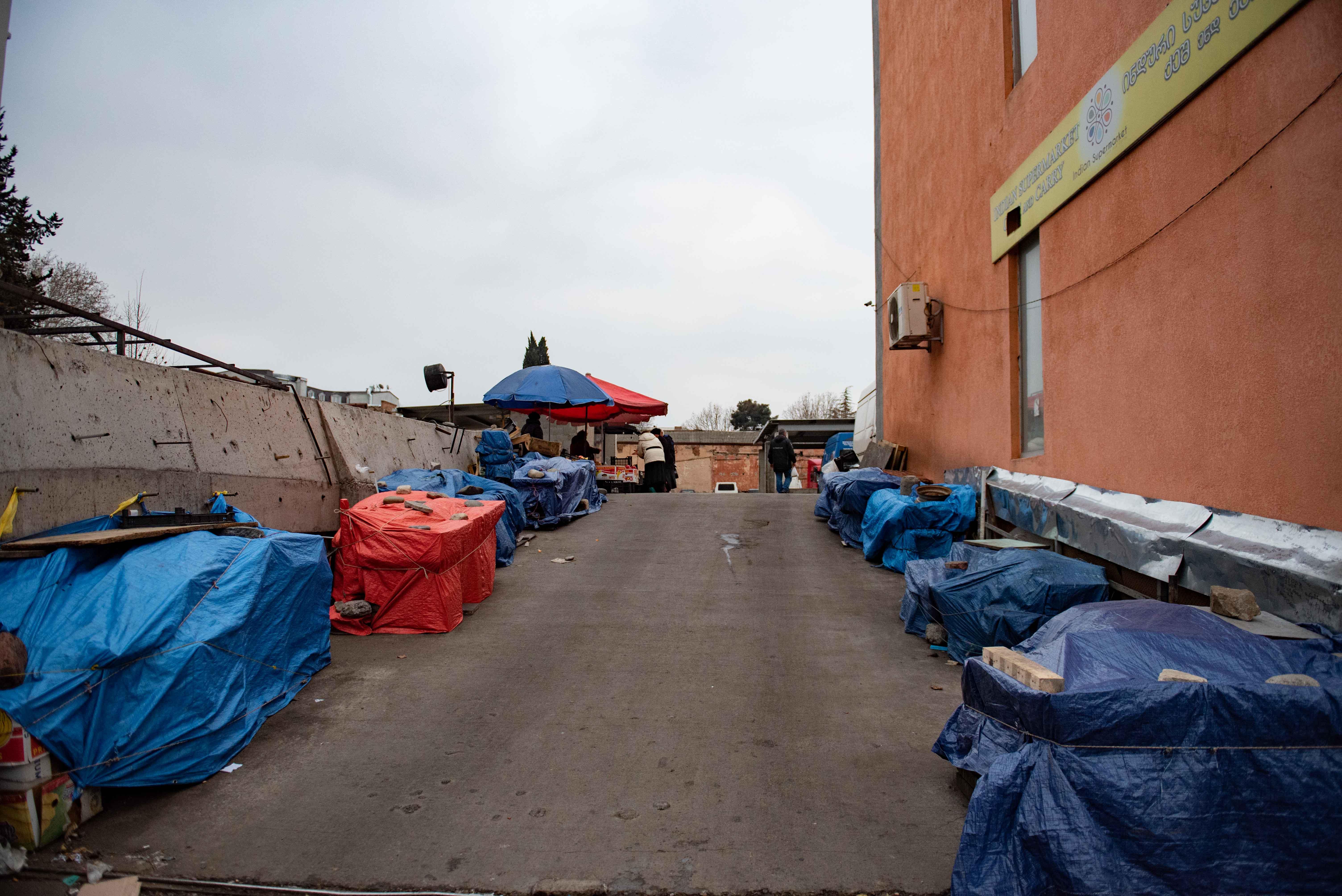 Пустые ларьки возле рынка на Вокзальной площади. Мариам Никурадзе/OC Media.
