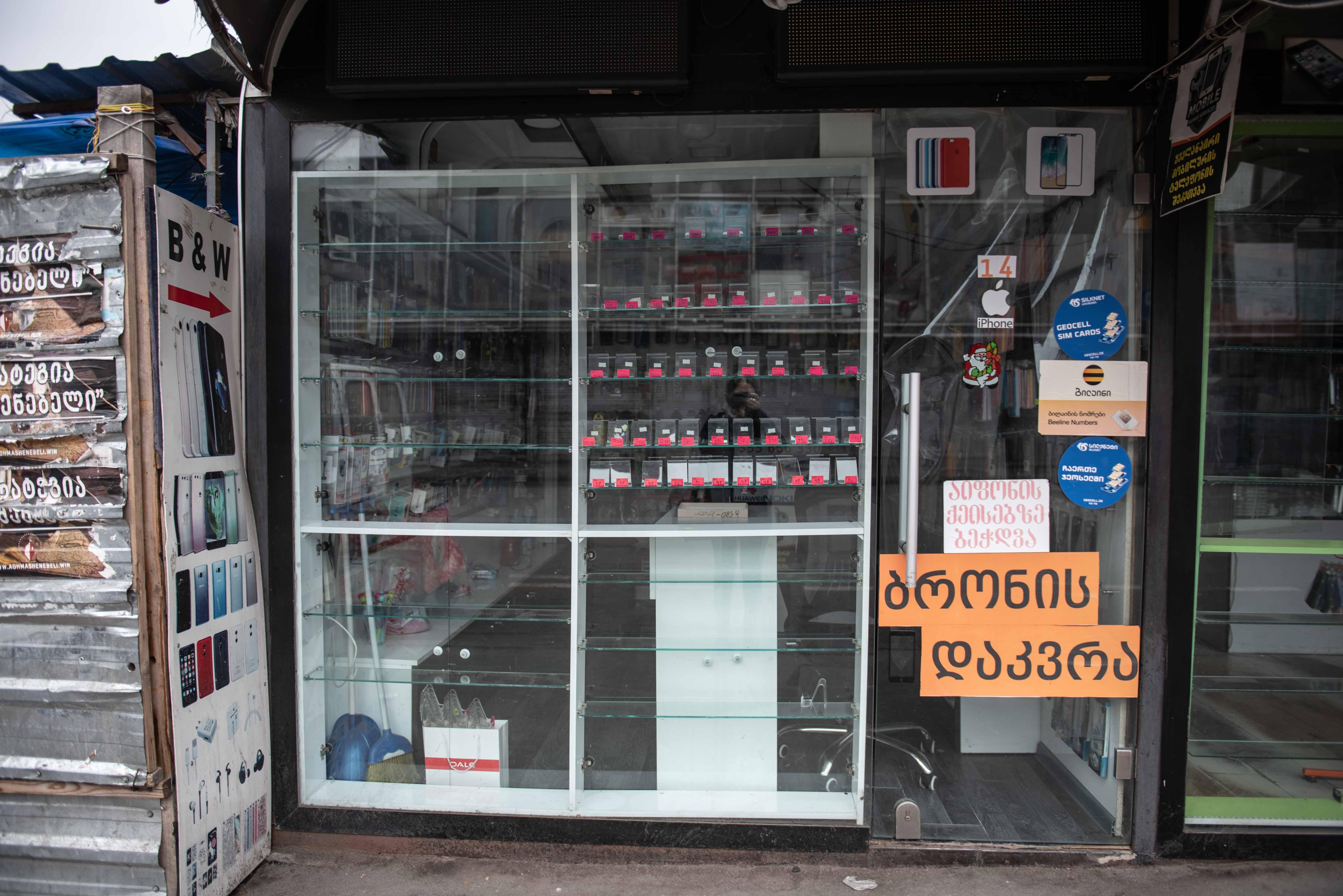 Магазины мобильных телефонов возле Вокзальной площади. Фото: Мариам Никурадзе/OC Media.