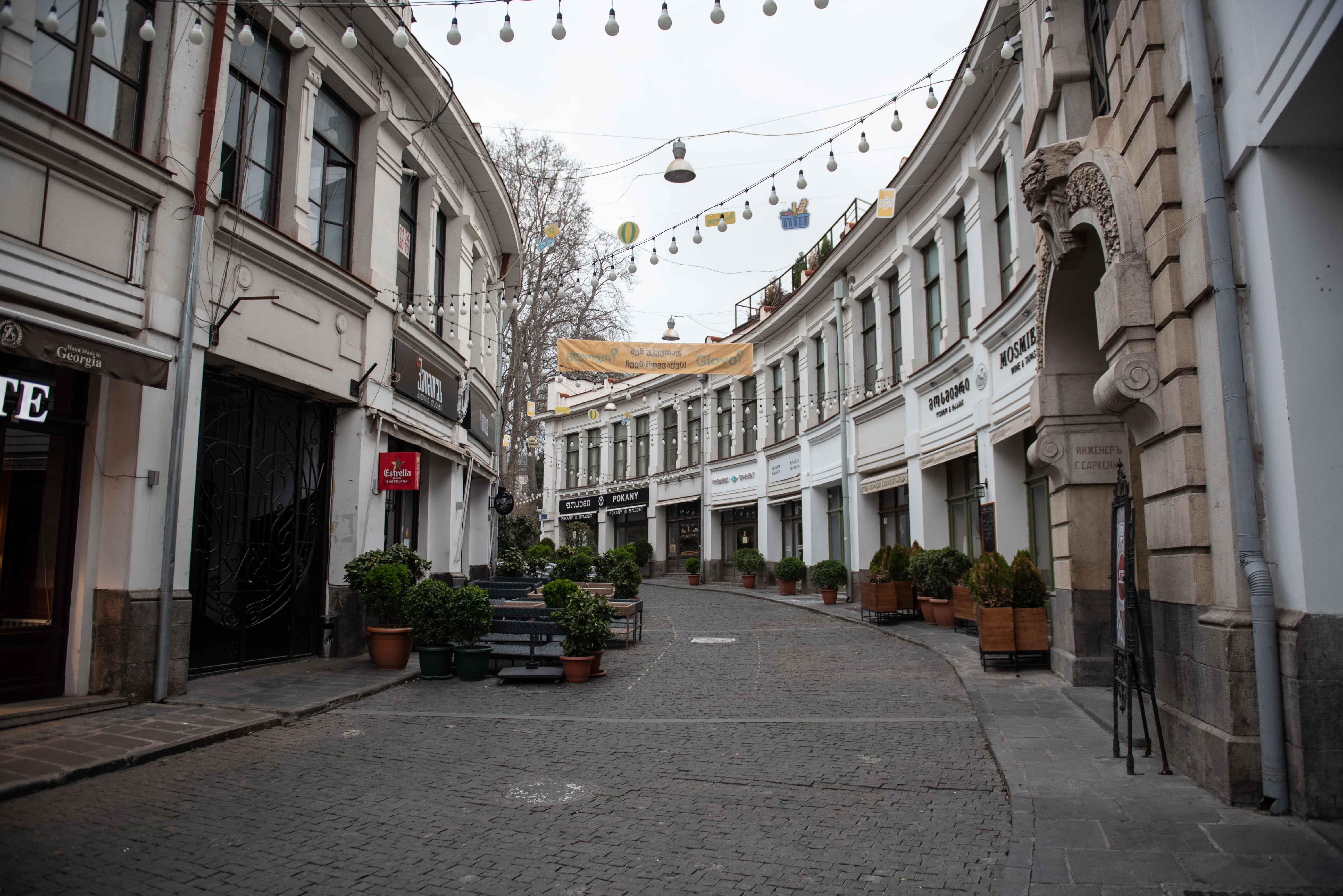 Закрытые кафе и магазины на улице Бамбис Риги. Фото: Мариам Никурадзе/OC Media.