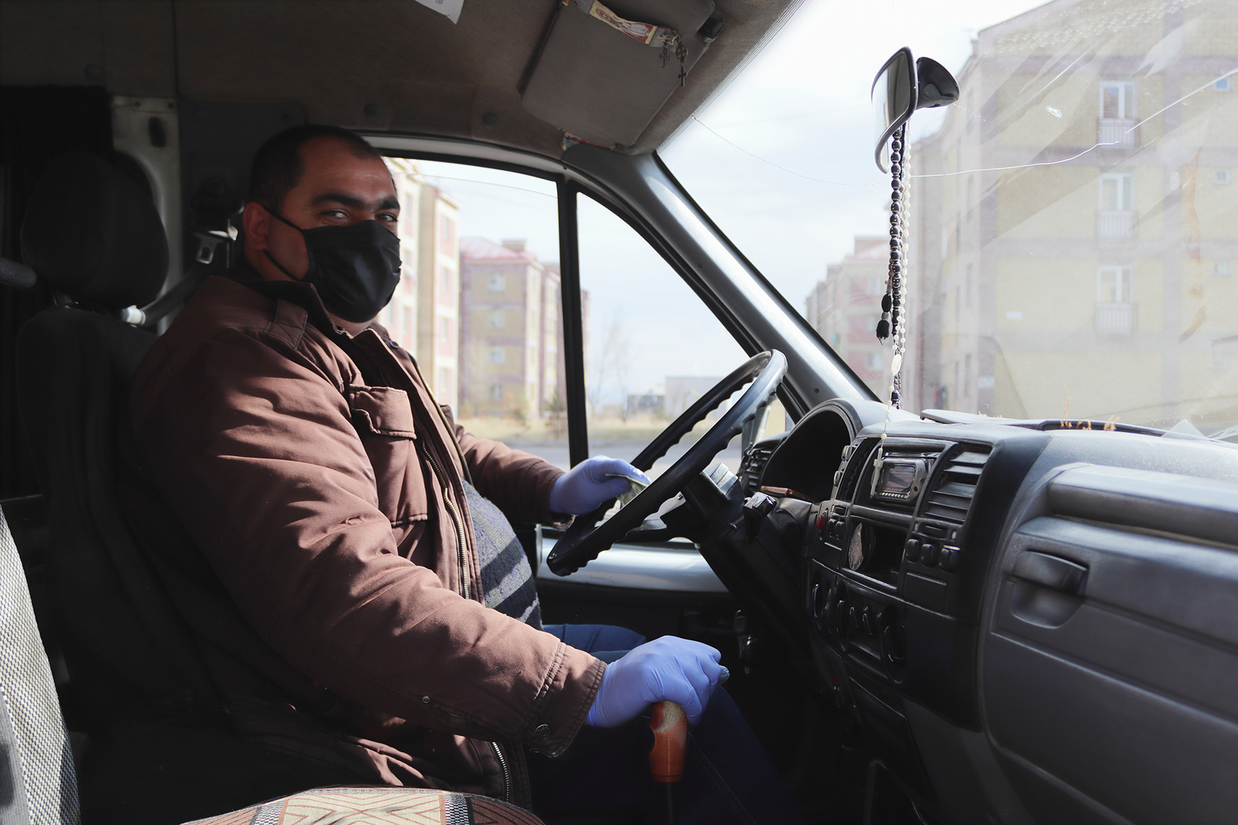 Водитель автобуса в маске до того, как прекратил работу общественный транспорт. Фото: Анаит Арутюнян/OC Media.