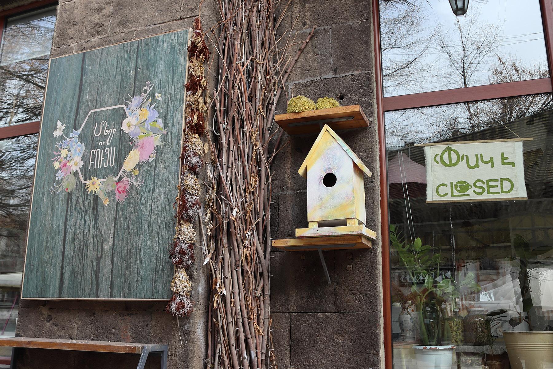 Артуш Егиазарян владелец кафе «Травы и мёд» в Гюмри. Фото: Анаит Арутюнян/OC Media.