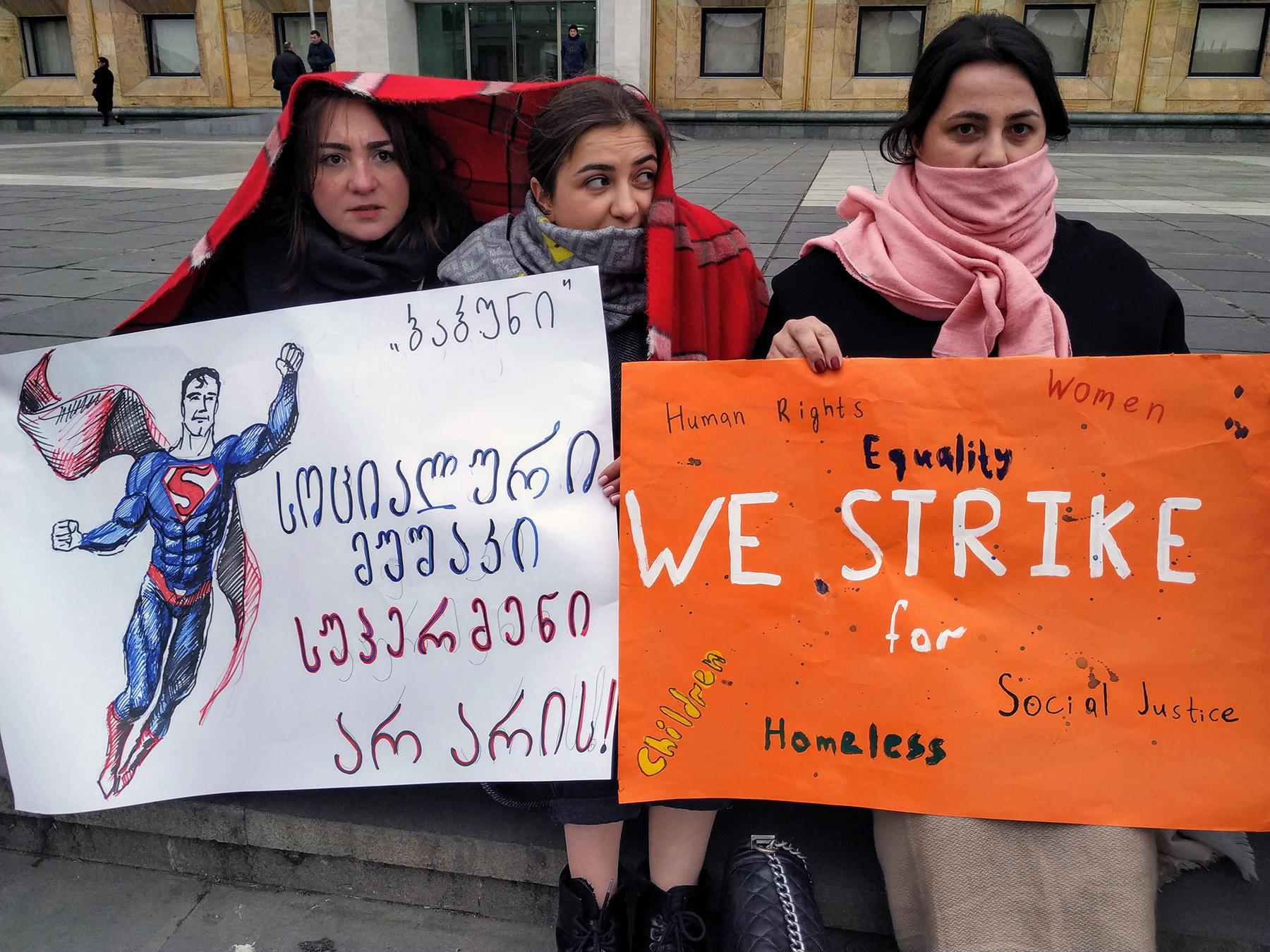 Социальные работницы протестуют перед Канцелярией правительства в марте 2019 года. На плакате слева написано: «Социальные работники не супермены!» Фото: Шота Хинча/OC Media.