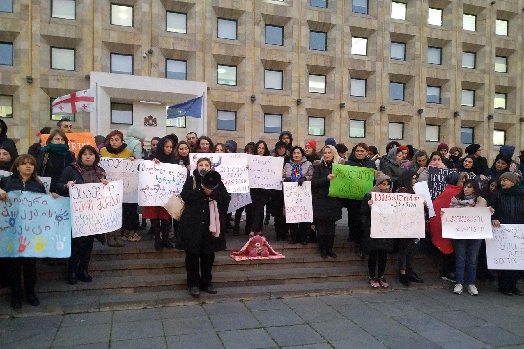 Социальные работники протестуют перед Канцелярией правительства в марте 2019 года. Фото: Шота Хинча/OC Media.
