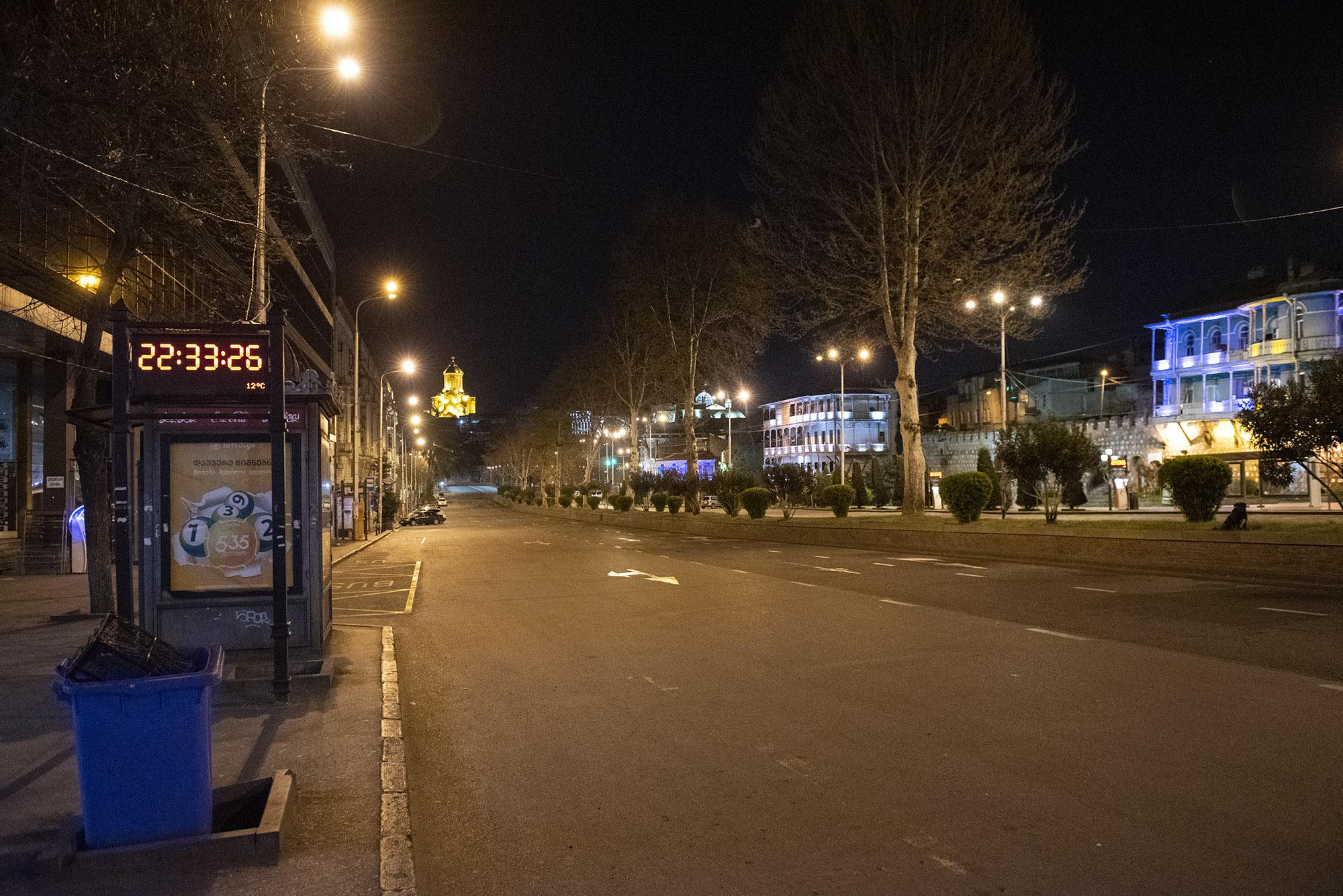 Ул. Николоза Бараташвили. Большинство улиц были пусты с 21:00 31 марта, первого дня комендантского часа. Фото: Мариам Никурадзе/OC Media