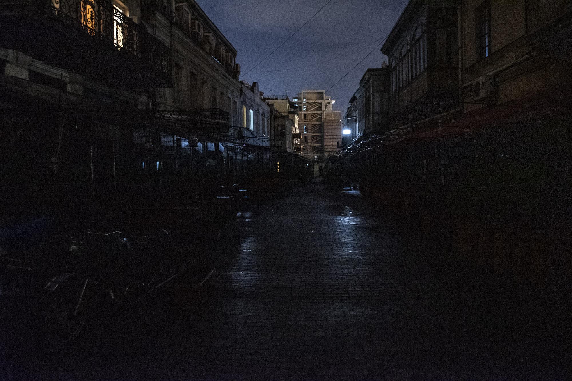 Улица Шардени, одна из самых туристических улиц старого города, в часы комендантского часа погрузилась во тьму. Фото: Мариам Никурадзе/OC Media.