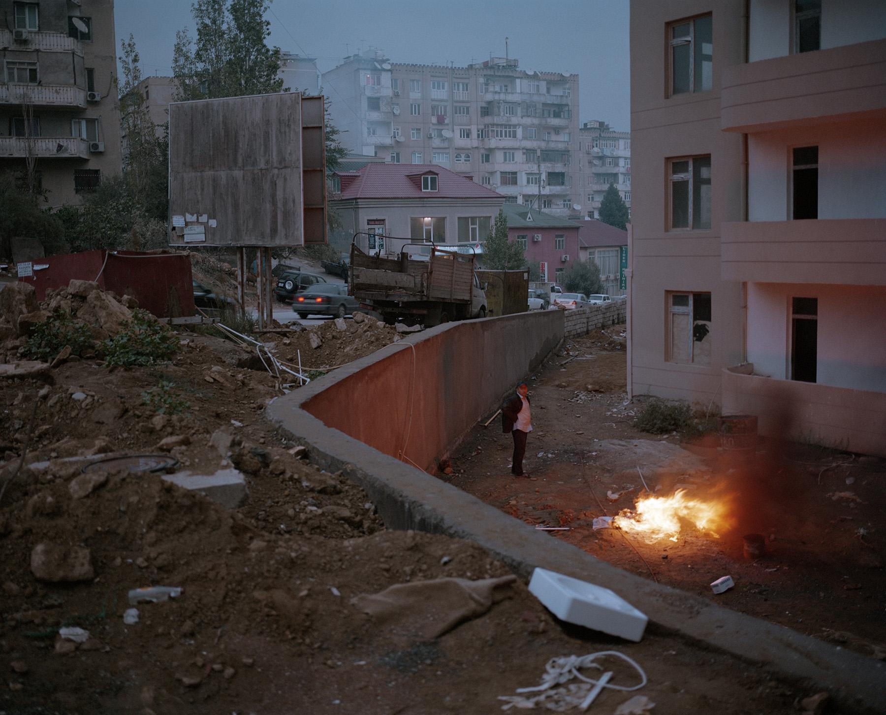 2014 год: Рабочий район Ясамал на севере Баку. После обретения независимости многие жители начали приезжать сюда из деревень. Также здесь много вынужденных переселенцев из Нагорного Карабаха, которые живут в заброшенных школах и общежитиях.