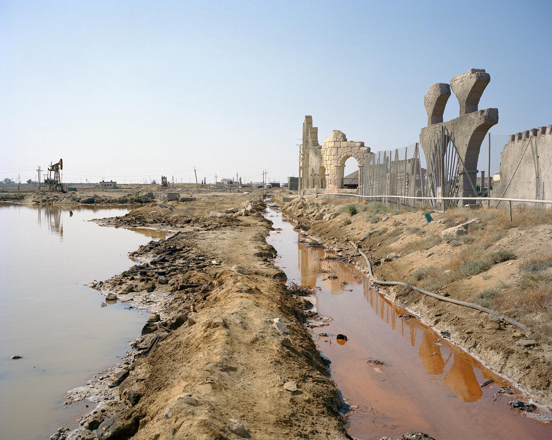 2016 год: Восточная часть Баку. Обширная пустошь на окраине города ведёт к клочку земли длиной в 19 километров. Этот район первым в регионе начал добычу нефти; он на исключительных правах принадлежит государственной нефтяной компании SOCAR. Полуостров также используют как отправной пункт во время перевозки рабочих на буровые платформы.