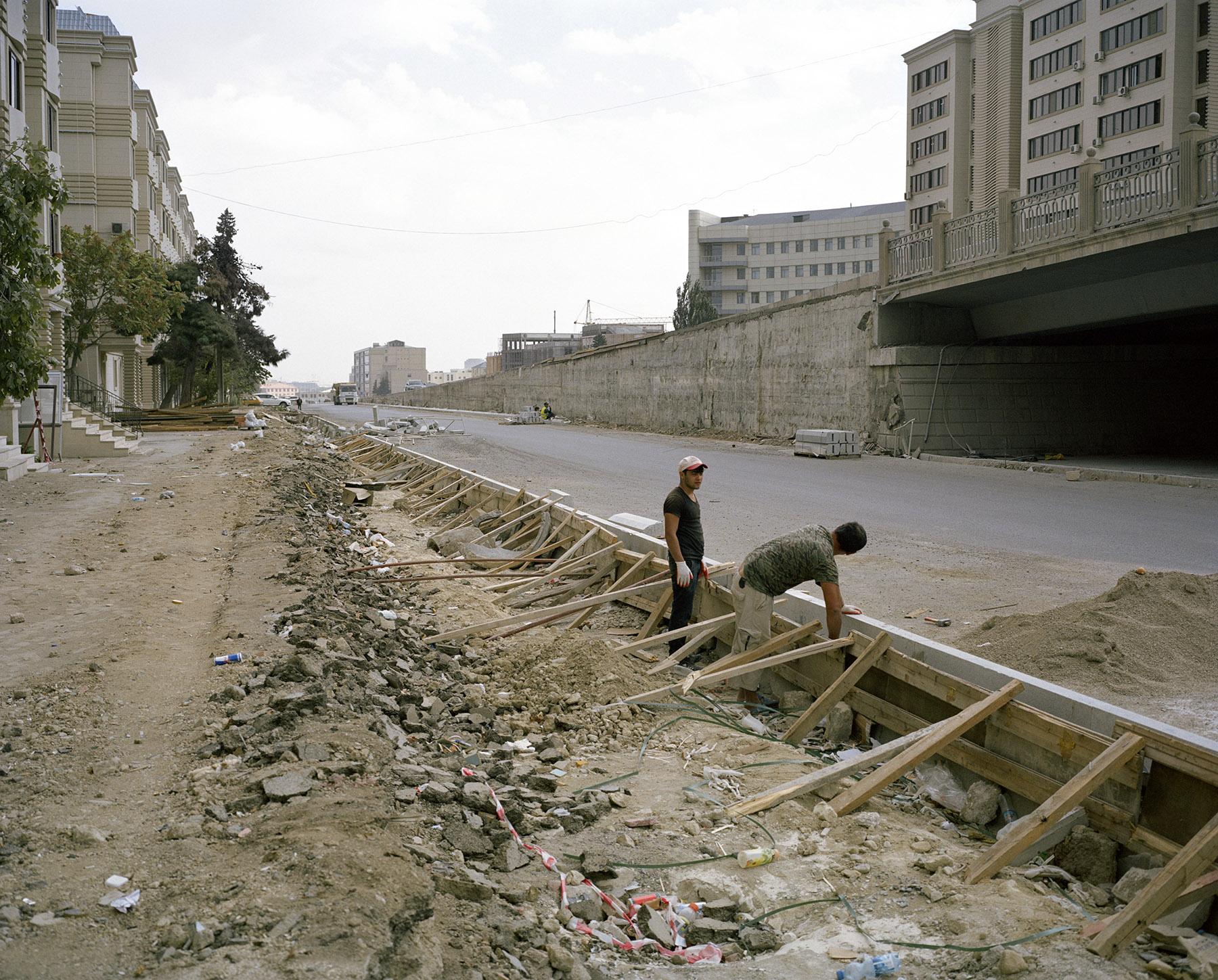 2014 год: Рабочие строят дорогу, соединяющую Баку с международным аэропортом Гейдара Алиева.