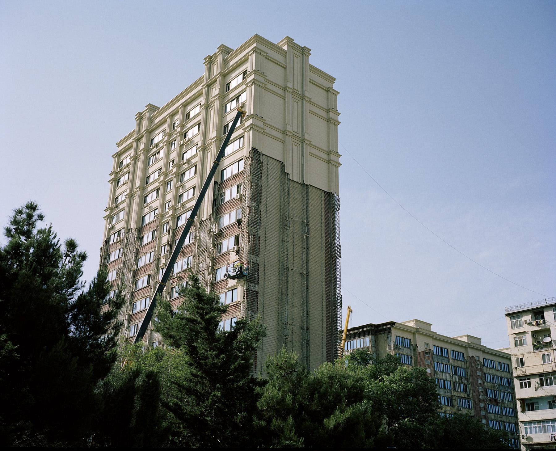 19 мая 2015 года, за несколько недель до Европейских игр, в многоквартирном доме в Баку случился сильный пожар. Из-за легковоспламеняющегося фасада огонь распространился очень быстро, что стало причиной общественного недовольства. Власти заявили, что такой облицовкой покрыты всего более восемьста зданий. В течение нескольких последующих недель рабочие всего города снимали облицовку и красили всё под песчаник, чтобы у домов во всём городе был один стиль.