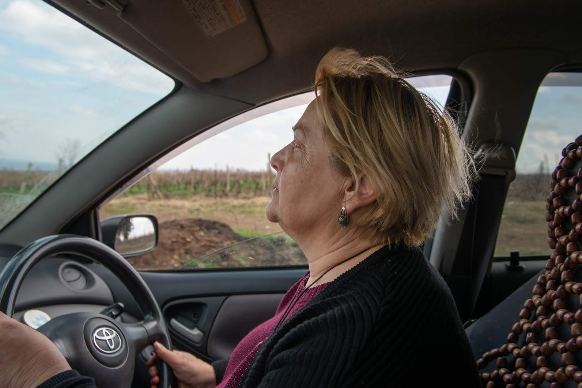После смерти мужа Марина занялась фермой. Первым делом она получила водительские права. Фото: Тамуна Чкареули / OC Media