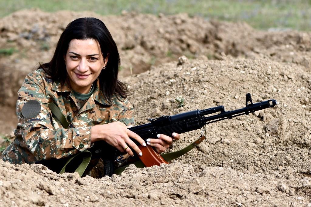 Жена Пашиняна позирует с автоматом Калашникова на фото с мероприятия  «Женщины за мир»