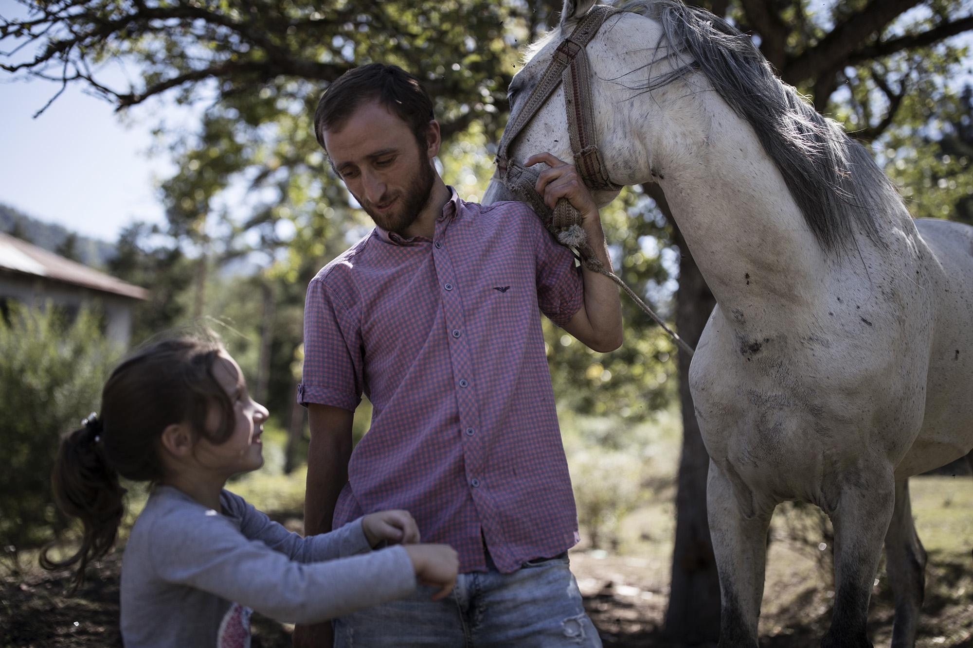 Джемал Гонгадзе с дочерью и лошадью в Ликани. Фото: Екатерина Анчевская / OC Media.