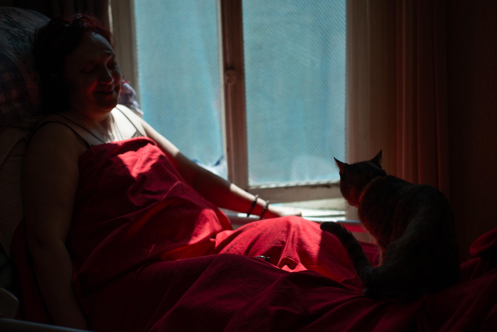 Инга много времени проводит в постели. Виктория, семейная кошка, — её постоянный спутник. Фото: Тамуна Чкареули / OC Media.