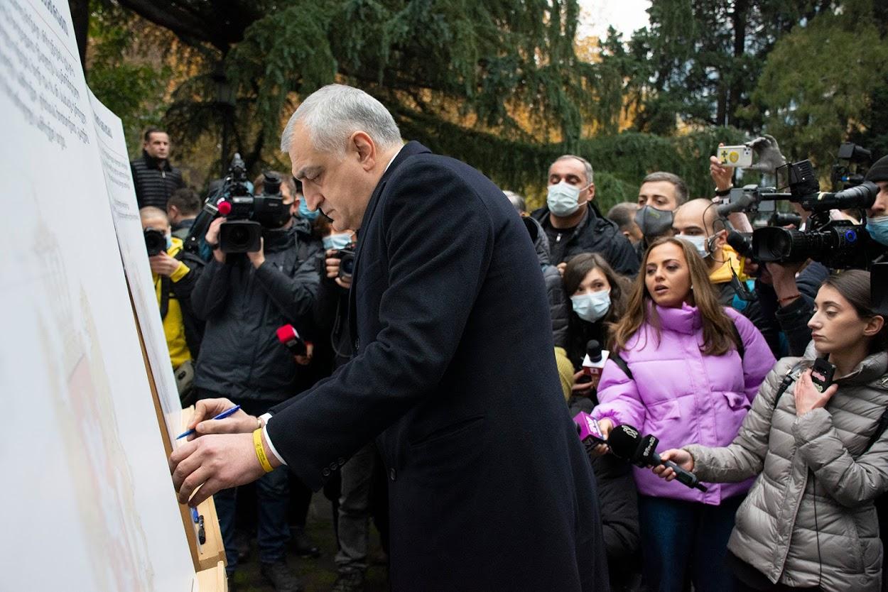 Глава партии «Лело» Мамука Хазарадзе подписывает меморандум. Фото: Мариам Никурадзе / OC Media.