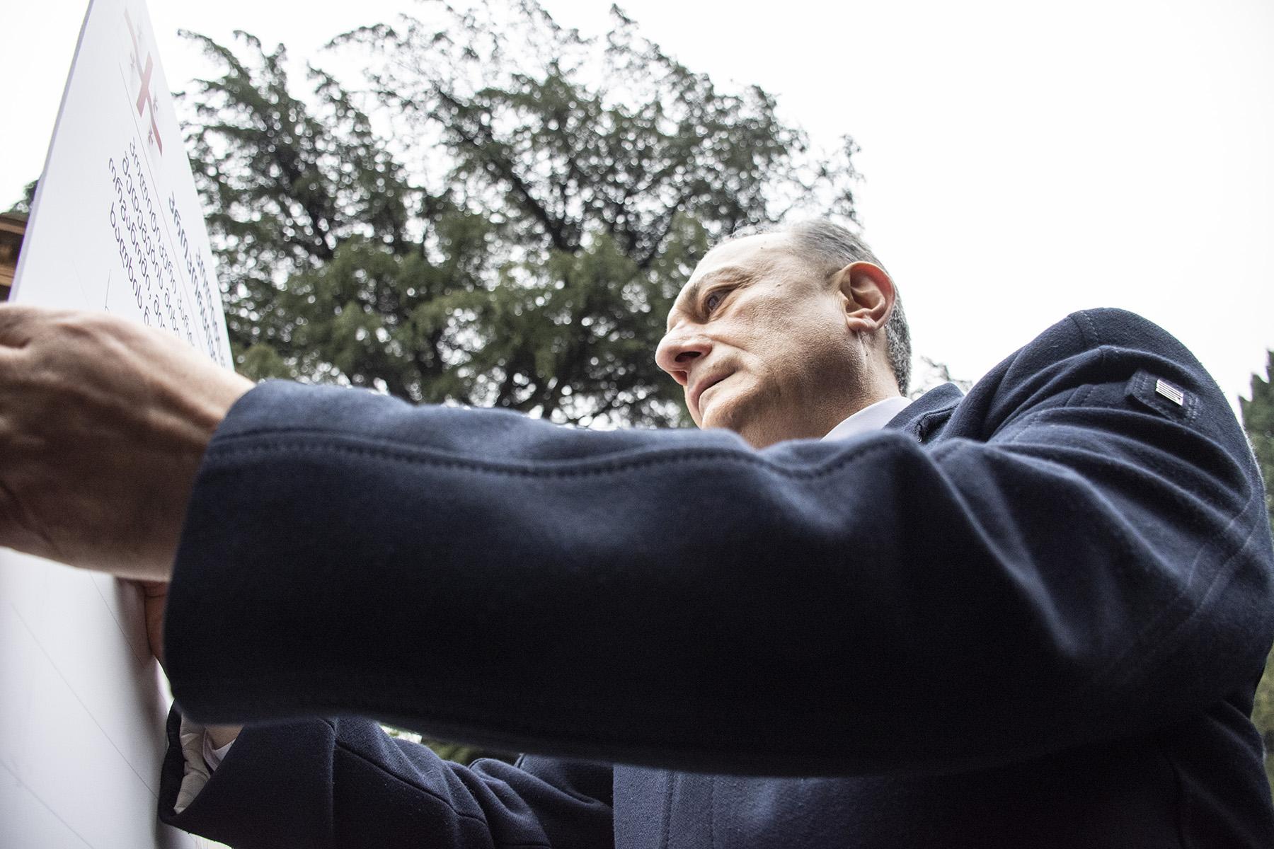 Глава «Лейбористской партии» Шалва Нателашвили подписывает меморандум. Фото: Мариам Никурадзе / OC Media.