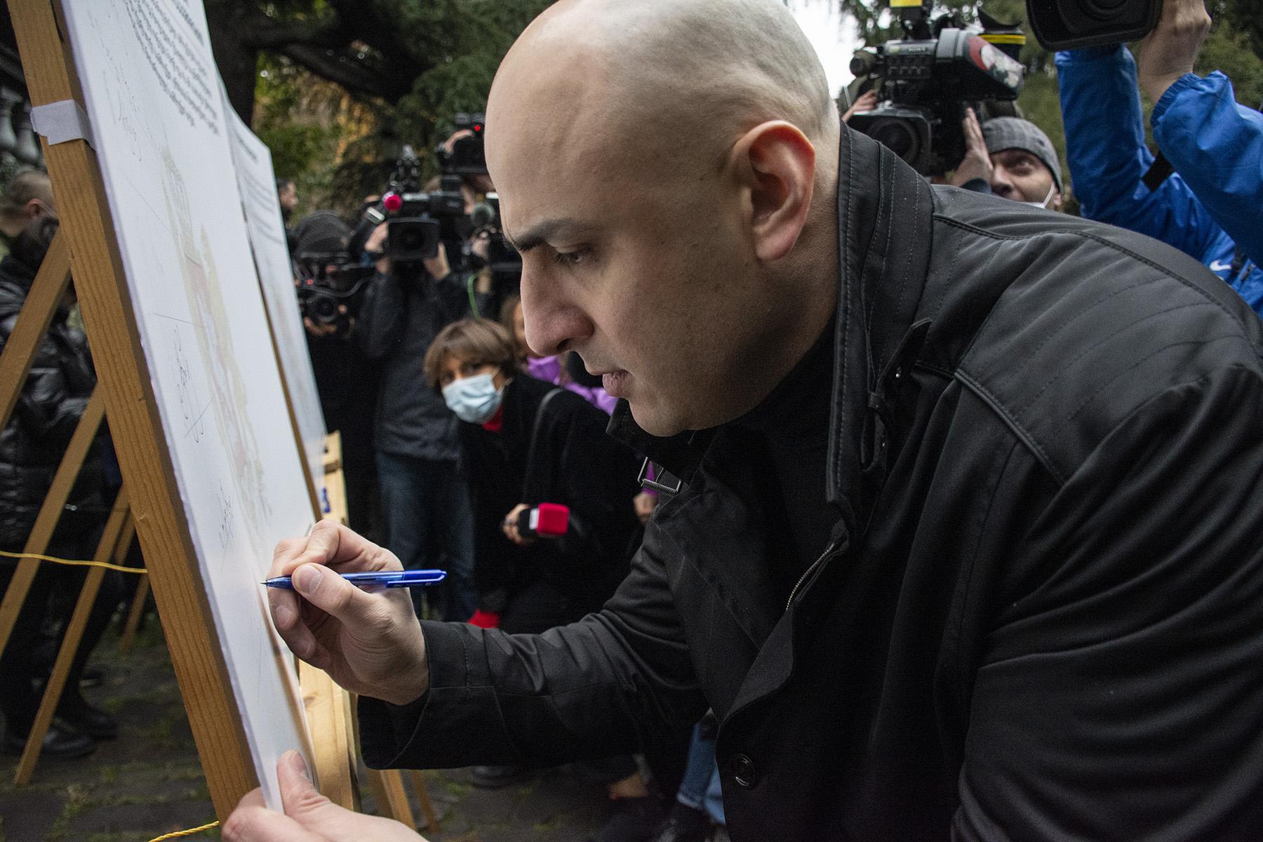 Ника Мелиа из ЕНД подписывает меморандум. Фото: Мариам Никурадзе / OC Media.