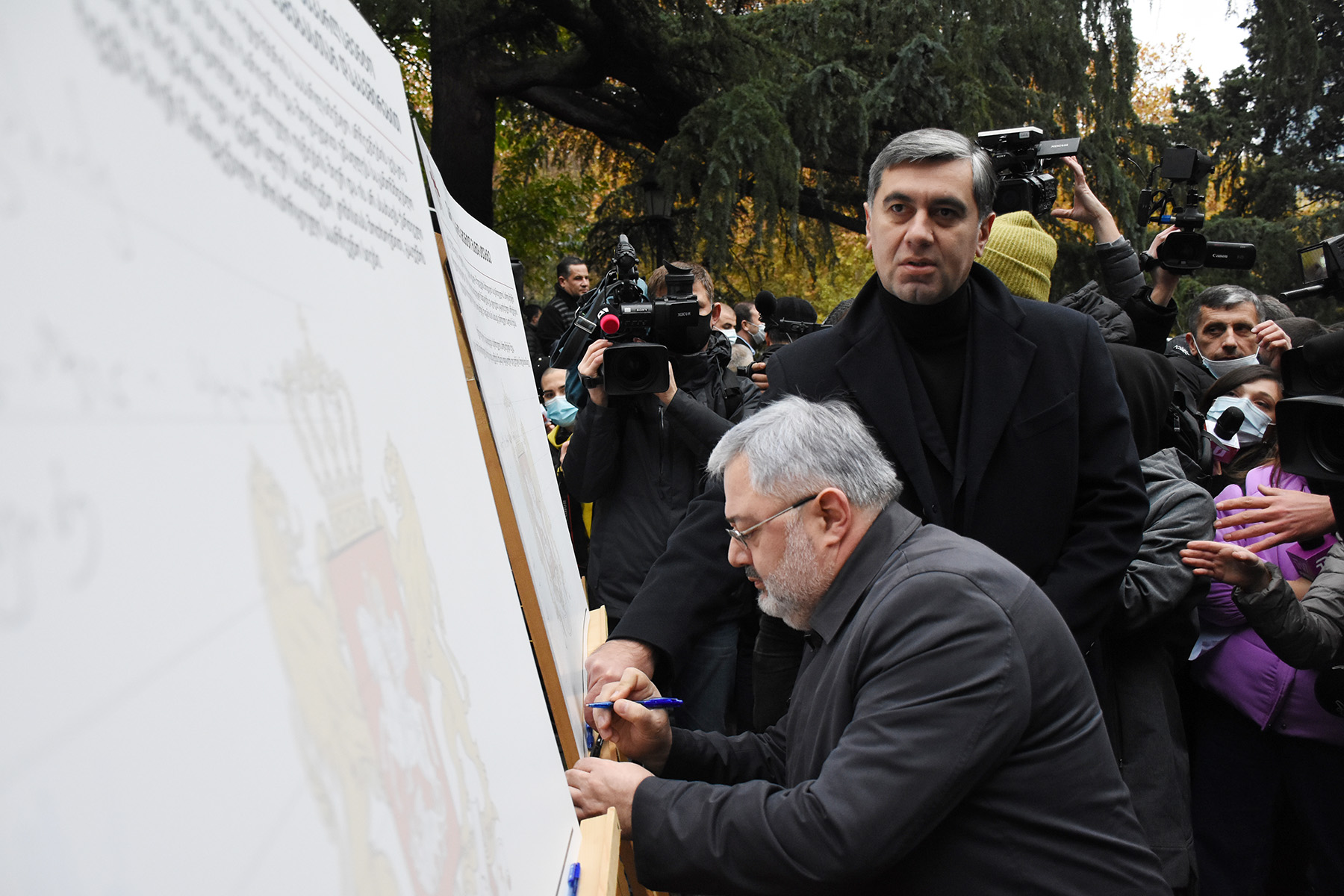 Давид Усупашвили и Иракли Окруашвили подписывают меморандум. Фото: Мариам Никурадзе / OC Media.