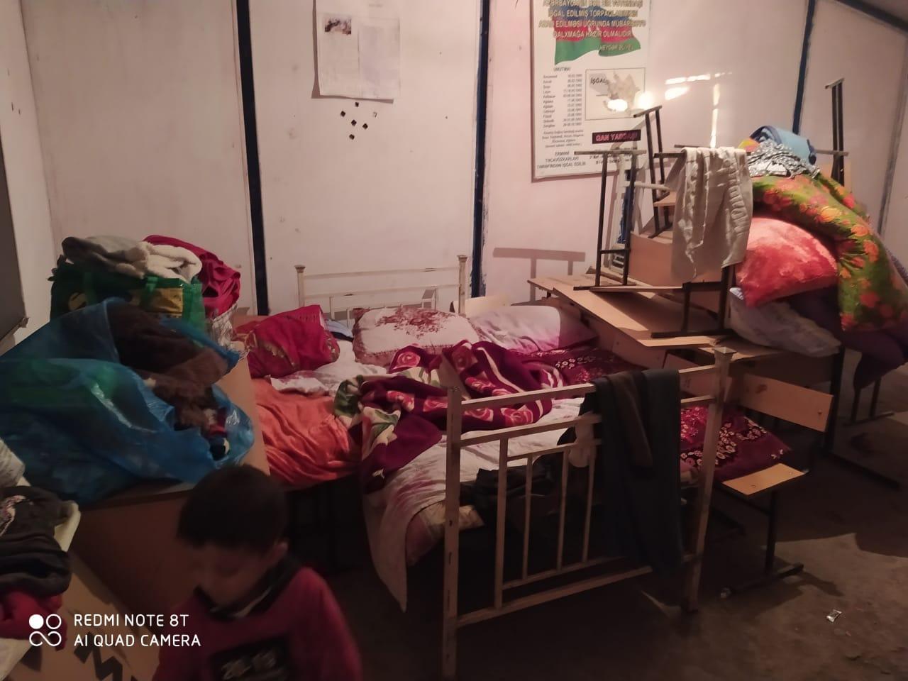 Кровать в школе, отданной под убежище для перемещенных лиц, Барда. Фото: Санубар Гейдарова.