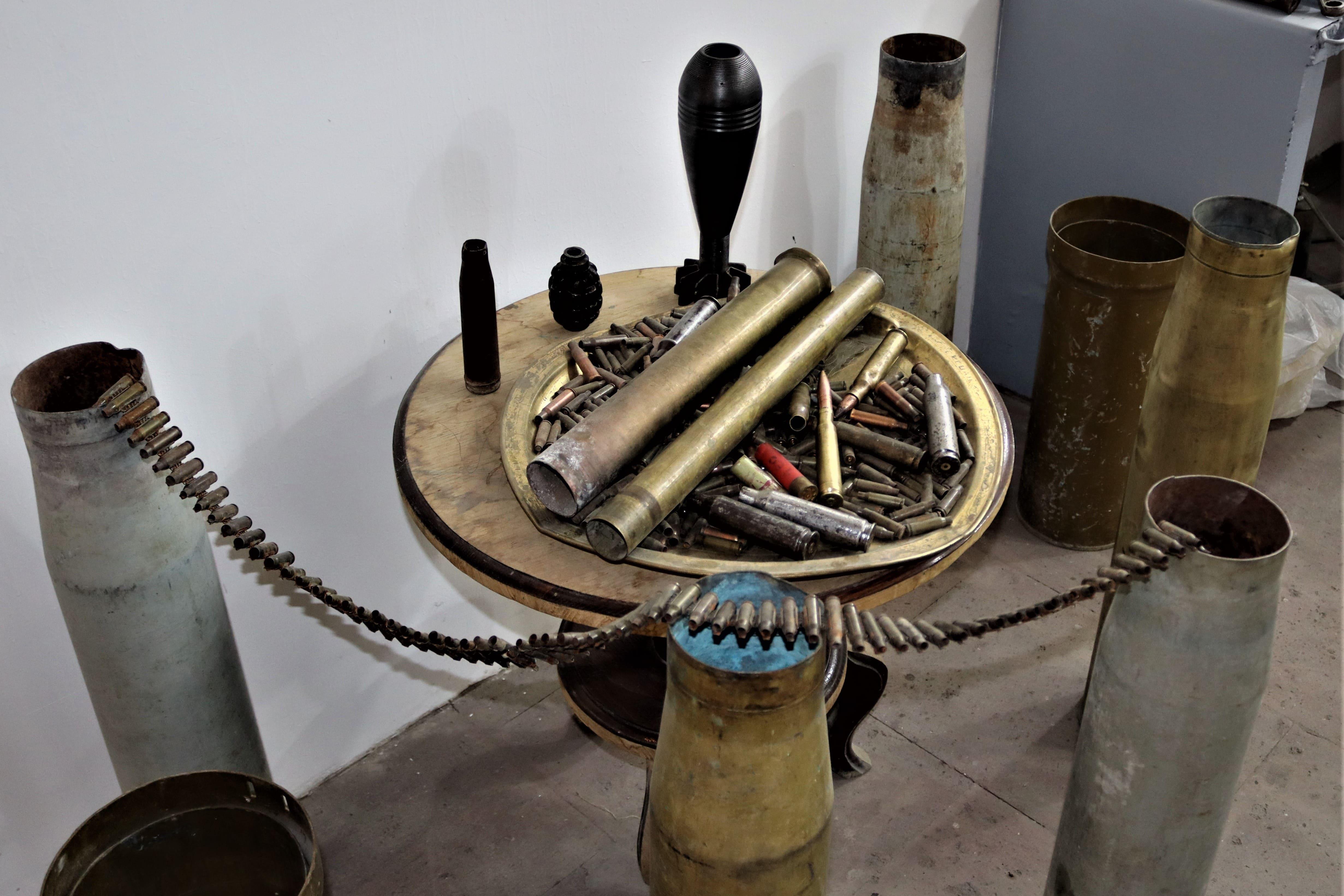 Использованные гильзы и патроны - материал, из которого Артак изготавливает украшения. Фото: Анаит Арутюнян