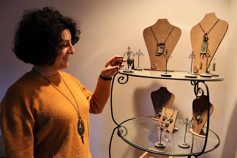 Супруга Артака, Айрпи, со своими работами. Фото: Анаит Арутюнян