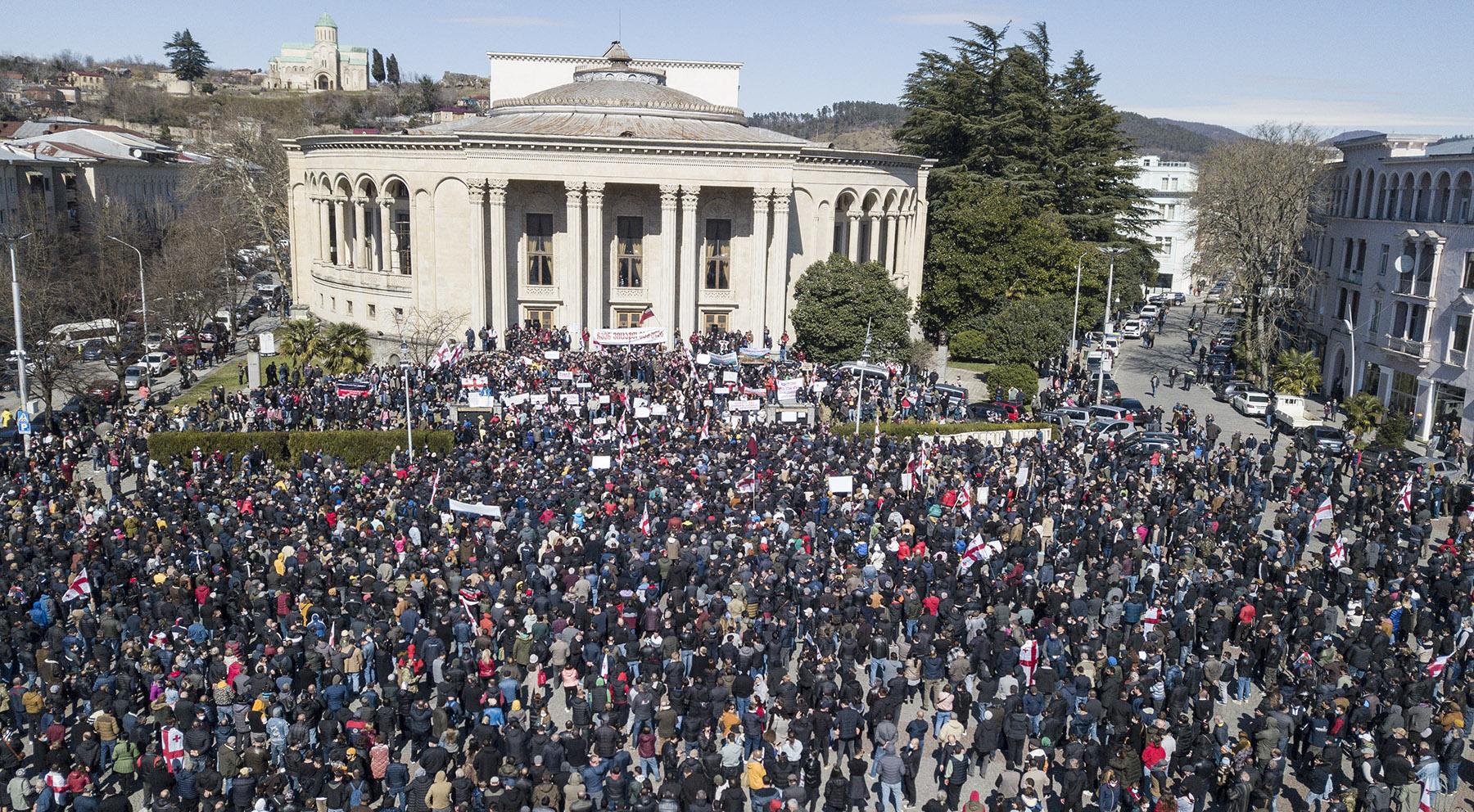 Протестующие собрались на центральной площади Кутаиси. Фото: Мариам Никурадзе/OC Media