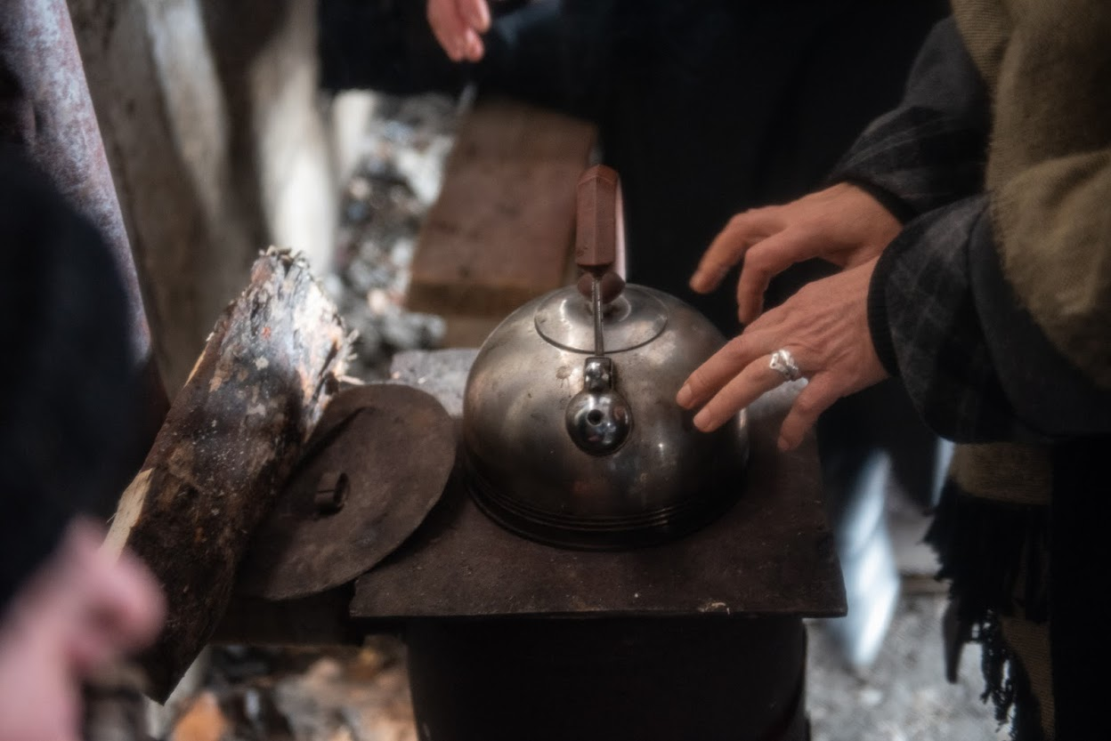 Протестующие греются у дровяной печи в феврале 2020 года. Фото: Мариам Никурадзе/OC Media