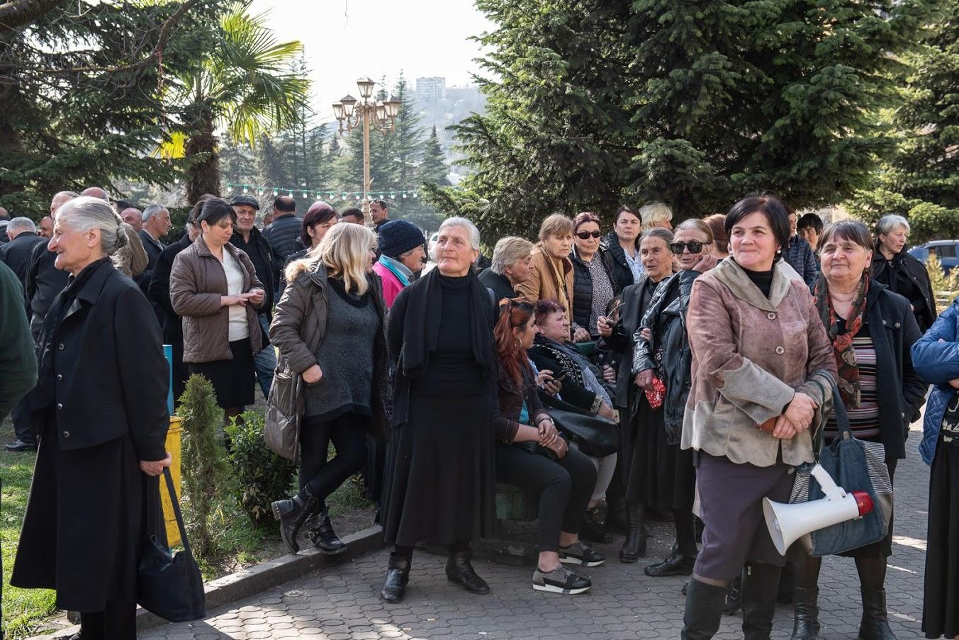 Жители Шукрути организовали несколько протестных акций напротив здания мэрии Чиатуры, но так и не получили от нее никакой реакции. Акция протеста 8 марта 2020 года. Фото: Мариам Никурадзе/OC Media